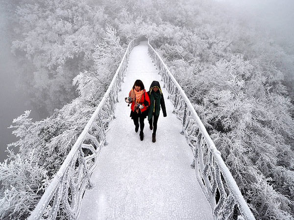 frost-bridge-tianmen-mountain-china_88431_990x742