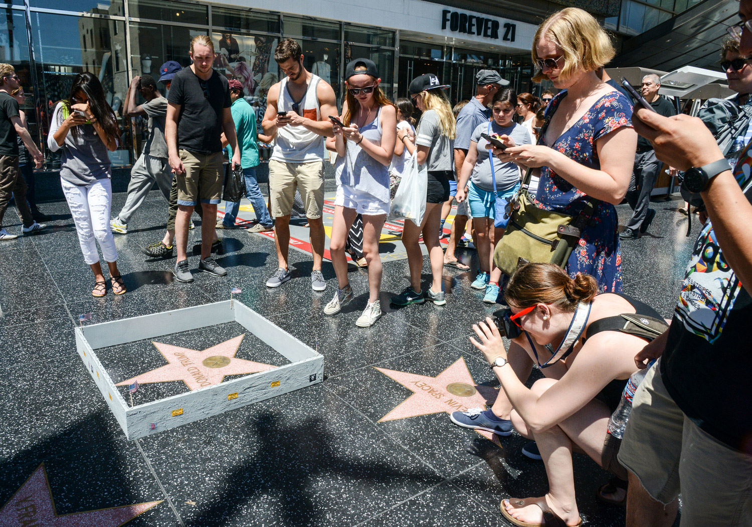 Street Artist Erects Tiny Wall Around Trump's Star on the Hollywood Walk of Fame – BOOOOOOOM! – CREATE * INSPIRE * COMMUNITY * ART * DESIGN * MUSIC * FILM * PHOTO * PROJECTS